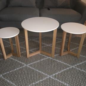 Indskudsbord (3 dele) bordpladerne er lavet i træ med hvid lak og stellet er lavet i eg med mat lak.  Fra ilva 2015 ( ny pris) 1999