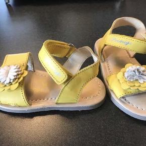 Varetype: Sandaler og gummisko Farve: Se billeder  Den gule prigimi sandal er aldrig brugt bud fra 200kr  Bisgaard sandal er næsten som ny brugt max 2 gange. Bud fra 125kr  Adidas sko er brugt ca 5 gange så sætter den som god med brugt i den gode ende Bud fra 85kr