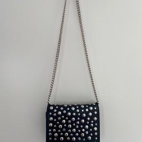 Sælger denne fede taske fra ZARA. Nypris er 499, kom gerne med bud :)