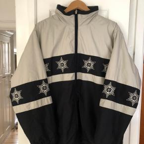 Unik ski-agtig oversize jakke købt i Studio Travel sidste år. Den er vildt sej og i kraven kan man lyne ned og tage en hætte ud.  Jeg har ikke selv brugt den, så standen er god! 💜