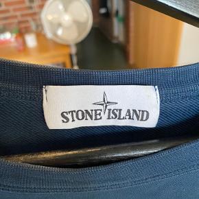 Sælger en Stone Sweatshirt i mørkeblå.  Den er i fin stand.  Prisen er 950 Passer en M-L Har kvittering.