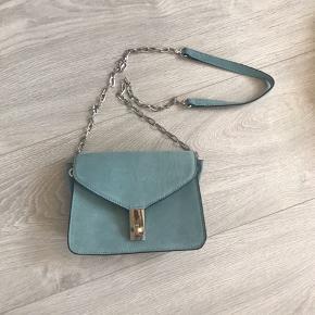 Jeg sælger den fine turkise ruskinds (agtigt) taske fra Mango. Købt i Barcelona, men aldrig brugt😃