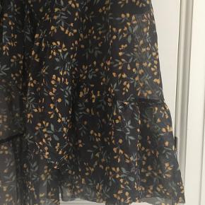 Slå-om nederdel med små gule blomster og flæser:)