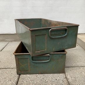 To stk. fede vintage metalkasser i industrielt look. Prisen er pr. stk. Sælges samlet for 350 Mål: B: 33cm. D: 61cm. H: 16cm.