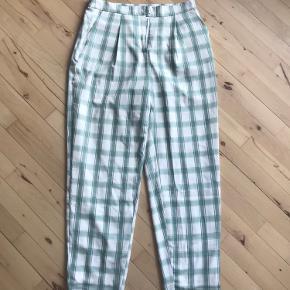 Højtaljede ternede bukser fra Na-kd, størrelse 38. Sælges da de aldrig er blevet brugt.