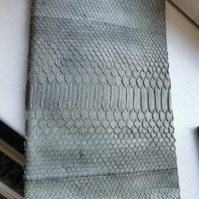 Slangeskind clutch .måler 34x19 cm