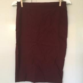 Pencil skirt i stretch stof fra ASOS  Feminin nederdel der både kan dresses up i et business look eller ned i et sødt hverdags look.  Brugt få gange