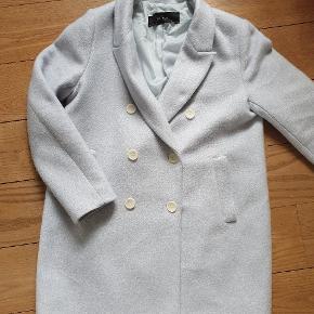 Fin og blød pastelblå jakke fra Zara. Er flækket i inderforet, men fejler ellers intet. Jeg har måske brugt den en eller to gange. Den flækkede fordi jeg havde en tyk trøje under.