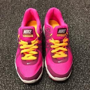 Nike løbesko/sports sko i str 37.5 sælges. De har aldrig været brugt ;)