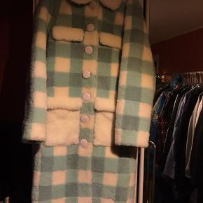 Fineste frakke i rulam og skind fra saks potts. Der medfølger hvidt skindbælte.  Str 1. Passer s/m. Byd😊