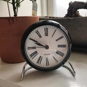 Lækkert Arne Jacobsen ur. Det har kun stået til pynt og er aldrig blevet brugt. Se også mine andre annoncer 🍁🌿