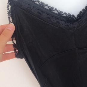 Sort silke buksedragt med bindebånd. Str s. Ingen tegn på slid.