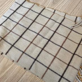 Super lækkert og velholdt tørklæde i 100% lamme uld