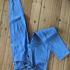 ZARA højtaljede mom jeans med bindebånd. Sælges fordi jeg ikke kan passe dem længere