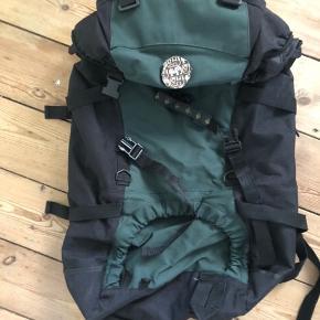 God solid rygsæk til dagsture og enkeltovernatninger uden opbakning med sovegrej. Kan indeholde ca 45 L.   Afhentes på Nørrebro.