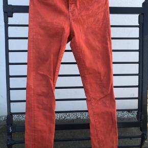 Shaping regular denim fra H&M. Læææækker pasform. Str.28/32  De sidder simpelthen så godt da der er et godt blend med elastik som gør at de tilpasser sig kroppen så fint. Jeg har ikke nået at bruge dem særlig meget - nu kan jeg ikke passe dem mere. Har kun de orange tilbage.