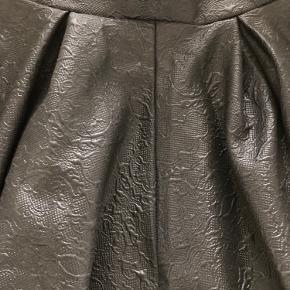 Fed nederdel fra Gina Tricot i blødt smukt stof.