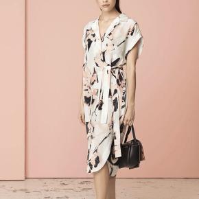 Lækker silkekjole fra By Malene Birger sælges.  Kjolen er brugt 1 gang og er derfor helt som ny. Style: Ellianso.  Materiale: 100% silke.  Nypris: 3000,-.
