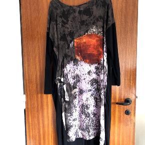 NEDSAT   Bitte Kai Rand lækker oversize spraglet kjole str M. Kjolen har en lomme i højre side. Brystmålet er ca-mål 2x47 cm. Ærmerne er i et med kjolen. Længde 102 cm. 95% viskose og 5% elastan.