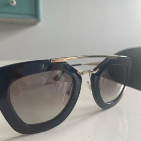 Sælger min Prada solbriller da jeg aldrig rigtigt har fået dem brugt, fejler ingenting. Bud modtages gerne Mp 450