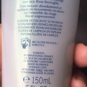 Shiseido - Pureness Foaming Cleanser Fluid 150 ml  Kun brugt ganske lidt. Se foto    Porto tilægges hvis den skal sendes.    Produktbeskrivelse Pureness Foaming Cleanser fra Shiseido er en flydende renselotion, som bliver til et luftigt skum, der blidt fjerner poretilstoppende urenheder, makeup og talg, som ellers kunne give problemer. Efter rens efterlader den huden silkeblød og behagelig. Til hud med tendens til urenheder.  Anvendelse:  Skum op med vand til et fyldigt skum Masser blidt ind i huden med cirkel bevægelser Skyl omhyggeligt af med vand Fordele:  Flydende renselotion fra Shiseido Bliver til et luftig skum Fjerner blidt makeup, urenheder og talg Efterlader huden silkeblød God til hud med tendens til urenheder