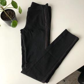 Fede bukser med en en stribe langs benene, som slanker. Sælges da jeg ikke får dem brugt. Nypris 599 kr.  Str. 36, men de passes også af 38, da der er en masse elastik i dem.