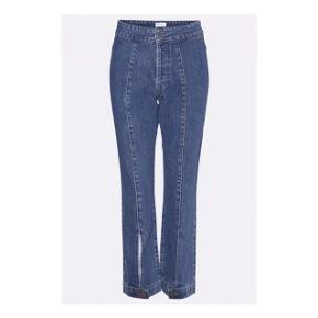 Ankellange gestuz jeans i str. 36. Materialet er af bomuld. Standen er ny og endnu ikke taget i brug. Np: 1.000 kr.   Mp: Se prisen + evt porto  Tag også gerne et kig på mine mange andre annoncer.