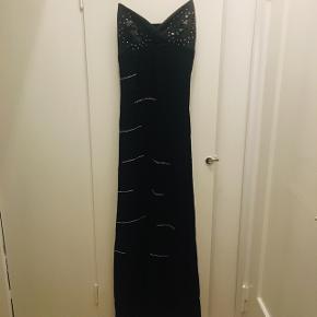 Smuk kjole med pallietter.  Brugt 1 gang, så i super fin stand.  100% acetat. Fra Night Birger et Mikkelsen.
