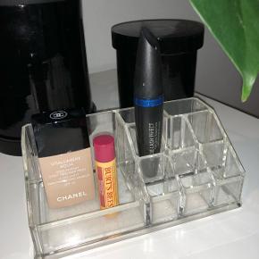 Sød organizer til makeup fx Super stand, skal bare rengøres Makeuppen sælges ikke