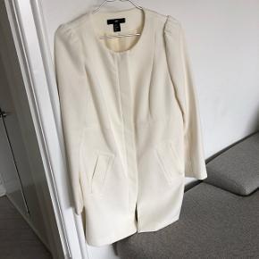 Smuk blazer/jakke fra H&M, str. 40, aldrig brugt.  Jeg sender gerne - 45 kr. med dao :-)
