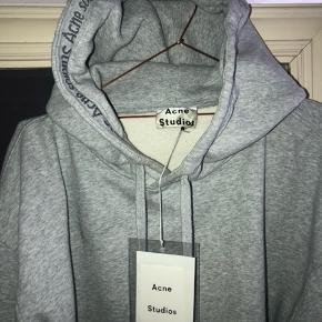 Super fin Acne hoodie / sweater. Næsten ikke brugt. Passer både kvinder og mænd. Det er en Str. S, men fitter Str. M-L Nypris: 335€