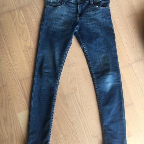 Jeans i slim udgave. Str. 10 år. Brugt meget få gange.