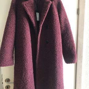 Ny pelsfrakke fra selected!  Str. 40.  Aldrig brugt!   Stilsikker frakke med lækre detaljer, som bindebånd og knapper, indvending lomme.  Flere billeder kan sendes, ved interesse.   BYD!