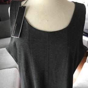 flot enkel mørkegrå kjole med en lille smule stræk. sidder godt og giver en slang effekt fordi den går lidt ud nedad brystvidde 2 x 52 længde fra skulder 98 Nypris 300 kr men købt på bud til 240 kr