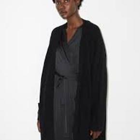 Super flot cardigan fra Malene Birger. Model Ursula. Oversize fit med store lommer og åbent front. Materiale:32% alpaka, 32% uld - merino, 30% polyamid, 6% elastan  Ny med tags