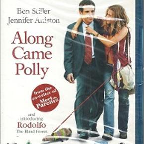 2435 - Along Came Polly (Blu-ray)   Dansk tekst - I FOLIE   Along Came Polly:  Ben Stiller er Ruben - en mand, som hader at tage chancer, men som arbejder som analytiker af risici i et forsikringsselskab. Pludselig har han rodet sig ind i en risikabel romantisk affære med Polly (Jennifer Aniston) efter at have opdaget, at hans kone (Debra Messing fra tv-serien Will and Grace ) har været ham utro. Rubens engang så rolige og stabile liv er nu vendt på hovedet og blevet et totalt kaos. Kan hans tryghedsnarkotiske væsen bære det?