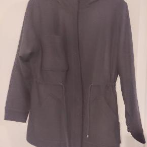 Kort sort jakke med bindebånd i taljen og hætte