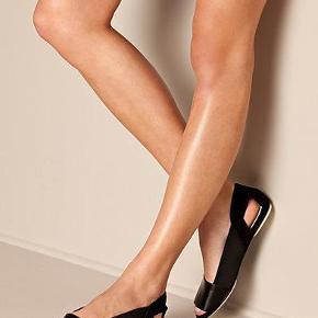 Varetype: Nye Sorte Sandaler i minimalistisk design. I skind og ruskind Farve: Sorte Oprindelig købspris: 1799 kr. SMUKKESTE luksus sandaler minimalistisk design, i skind foran, ruskind bagpå og elastisk fra WHYRED Helt nye i deres boks. Dette er REN LUKSUS til fødderne, både i komfort, style, materialer og udseende.