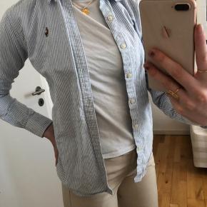 Sælger denne Ralph Lauren skjorte i str s i modellen slim fit. Cond: 9/10