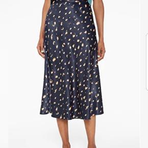 Satin nederdel - vildt dejlig at have på.