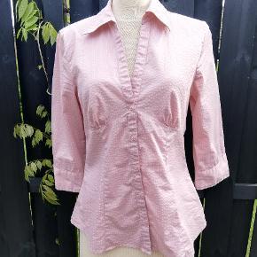 Svag rosa er farven. Der er strech i stoffet.