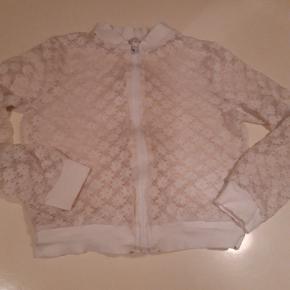 Hvid blonde cardigan med lynlås  Str 140 cm Pris 20 kr pp MobilePay