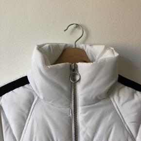Topshop cropped puffer jacket in excellent condition. Extremely warm and cute. Check out my other items for a bundle discount!