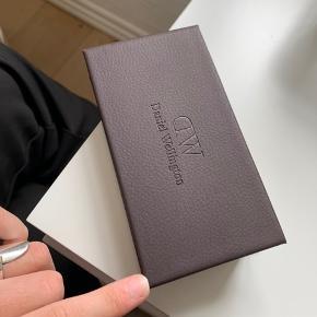 Sælger dette ur fra Daniel Wellington da jeg desværre ikke får det brugt nok Har både en sort læderrem og stofrem som vil følge med:) Kvittering og boks haves Byd endelig:)