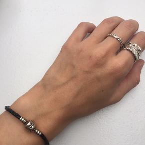 Sælger dette fine armbånd fra Pandora. Det har været brugt men dog stadig i fin stand.  Np: 350kr  Vedhæng kan købes til