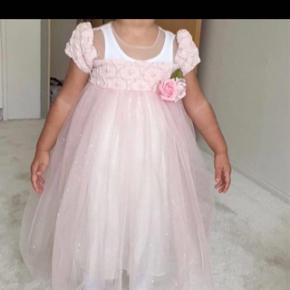 Sød lille kjole, kan passes af en 2-3 årige.
