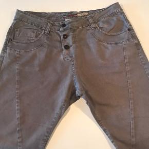 Sælger mine bukser fra italienske Please str M, i farven kakhi/sand :-) 97% bomuld og 3% elastan :-)  Har været brugt få gange og fremstår som nye🌸