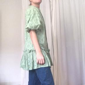 Sød grøn blonde kjole med pufærmer fra ASOS. Den er kun brugt 2 gange, vasket 1 gang. Kostede 400 kr fra ny. Størrelse small.