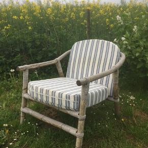 Retro bambus lounge stol. Inkl hynder m aftageligt betræk. Fremstår fin og stærk i konstruktionen. Til havestuen/terrassen/orangeriet.