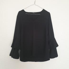 Smuk bluse fra Gina Tricot. Sælges da den desværre er for lille.